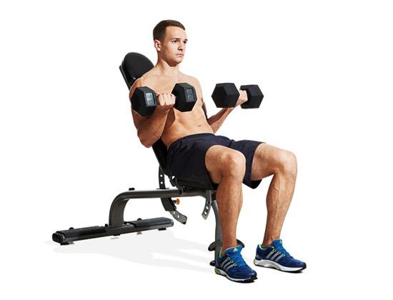 Cuốn tạ tay trên ghế nghiêng tập tay trước