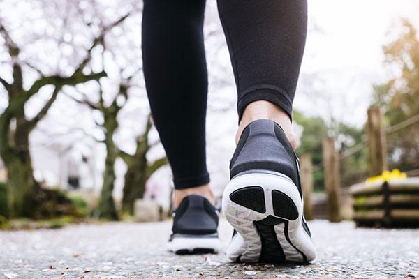 Đi bộ có to chân không?